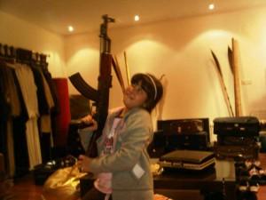 Le prince Sattam n'a pas trouvé plus con que de laisser jouer une enfant avec une kalachnikov