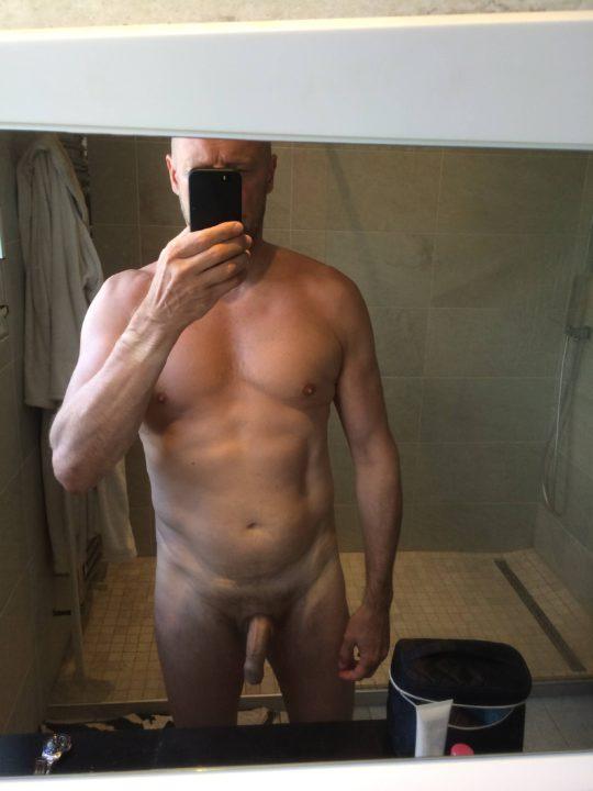Alain Soral 59 ans le pervers, avec son physique dégueulasse il n'a pas honte de s'exhiber devant des gamines. Il s'est déjà fait buter par la LDJ maintenant ce sont les Blacks dragons qui veulent sa sale peaux fripées.